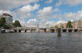 "Bridge ""Hoge Sluis"" through river Amstel. Amsterdam, Holland — Stock Photo"