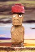 Standing moai with red stone hat and eyes in Easter Island, Chil — Stock Photo