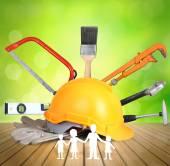 Plastová bezpečnostní žlutou helmu a nástroje — Stock fotografie
