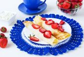 Pancakes with strawberry and cottage cheese — Stock Photo