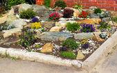 床上的花和石头 — 图库照片