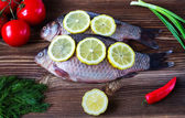 Crude fish with a lemon and vegetables — Stockfoto