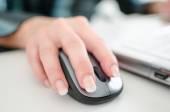 Kobieta z ręki trzymającej myszy komputerowej — Zdjęcie stockowe