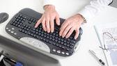 Mãos digitando em um teclado — Fotografia Stock
