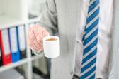 Homme d'affaires tenant une tasse de café — Photo