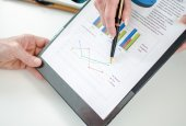 Assistant showing graphs to her boss — Stock Photo