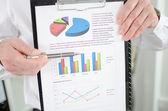 ビジネスマン示す財務グラフ — ストック写真