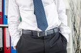 Homme d'affaires permanent avec ses mains dans les poches — Photo