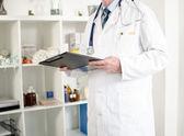 Arzt überprüfen hinweise — Stockfoto