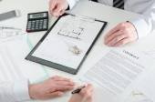 Client signing a real estate contract — Stock Photo