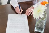 Kobieta o podpisaniu dokumentu — Zdjęcie stockowe