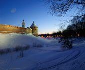 メトロポリタン ・ タワーと Chasozvonya 時計塔のノヴゴロドのクレムリン冬夜に、Veliky ノヴゴロド — ストック写真
