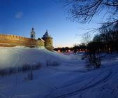 Il Metropolitan Tower e Chasozvonya orologio Torre di Novgorod Kremlin nella notte di inverno, Veliky Novgorod — Foto Stock