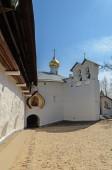 Шлюз к церкви Святого Николая Чудотворца, Печора — Стоковое фото