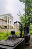 "Old cast-iron fountain in the background of the manor Demidov's ""White House"" in Kishtim — Stock Photo"