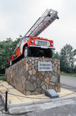 Monument to fire truck in Kyshtym — Stockfoto
