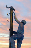 """Sculpture """"Montero, removing the cat from the post"""" — Stock Photo"""