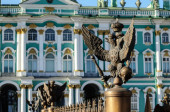 Double-headed eagle in the imperial crown on the background of the Hermitage (Winter Palace) in St. Petersburg — Stock Photo