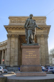 Monument to commander Barclay de Tolly on the background of the Kazan Cathedral in St. Petersburg — Stock Photo