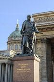 Monument till befälhavaren Barclay de Tolly på bakgrund av Kazankatedralen i St Petersburg — Stockfoto
