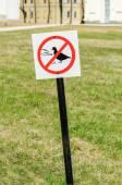 "Prohibitive sign in Novgorod Kremlin ""Do not feed the birds"" — Stock Photo"