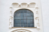 Alte Fenster mit architektonischen Elementen der St. Sophia Cathedral in Weliki Nowgorod — Stockfoto