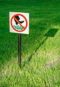 "The prohibitive sign on the label ""Do not walk the lawn"" at the park, Veliky Novgorod — Stock Photo"