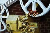 Old film cinema camera in the span of Novgorod Kremlin fortress. — Stock Photo