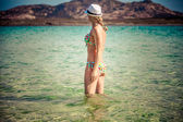Girl stands on a beach — Stockfoto
