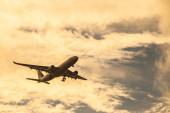 самолет в небе — Стоковое фото