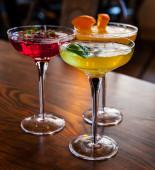 Lahodné koktejly zdobené ovocem — Stock fotografie