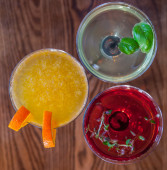 Delicious coctails garnished with fruits — Stock Photo