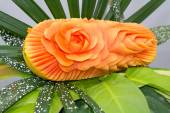 Papaya fruit carving in the form of roses. — Stockfoto