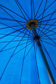Art  under  blue umbrella on sunshine day . — Foto Stock