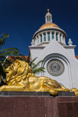Gold lion statue  in front of  church — Stock Photo