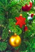 Enfeites de natal em uma árvore de natal. — Fotografia Stock