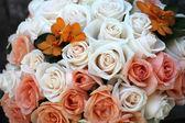 Ramo de rosas blancas y rosadas — Foto de Stock