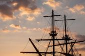 Masts of a pirate ship on sunset — Stock Photo