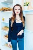 Krásná dívka v kavárně — Stock fotografie
