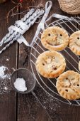 Christmas fruit mince pies on rustic wooden background — Stock Photo