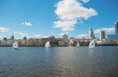 Závod jachet v jezeře v centru nového města — Stock fotografie