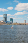 Race sailing yachts in the lake in the center of the modern city — Fotografia Stock