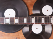 Fingerboard electric guitar and vinyl records — 图库照片