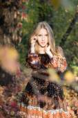 Young beautiful girl posing in park, autumn portrait — Stockfoto