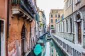улица в венеции - водный канал, лодки и жилые здания — Стоковое фото