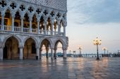 Venice, Italy - June 28, 2014: Cityscape of Venice - view from St. Mark's square on Doge's Palace and Grand Canal early in the morning — 图库照片