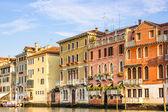 威尼斯,意大利-2014 年 6 月 28 日: 威尼斯城市景观-多彩建筑直接建在运河水观 — 图库照片