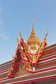 тайский буддийский храм крыша двускатная с многоуровневой и резной апекс — Стоковое фото