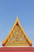 тайский буддийский храм фронтон с вершиной — Стоковое фото