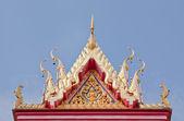 буддийский храм фронтон с резными апекс — Стоковое фото